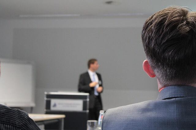 Mężczyzna prowadzący prezentację