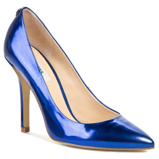 Niebieskie buty jako dodatek. Czym warto uzupełnić swoją kreację?