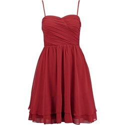 czerwona-sukienka-na-wesele-wyszczuplajaca