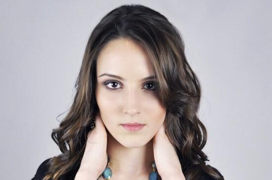 brunetka z kręconymi włosami