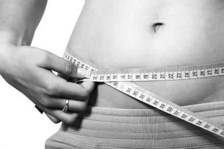 Jak optycznie zmniejszyć brzuch? Triki, które przywrócą smukłą figurę.