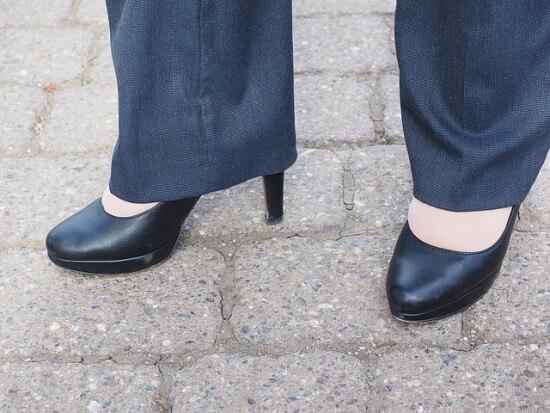 kobieta ubrana w dzwony i czarne szpilki
