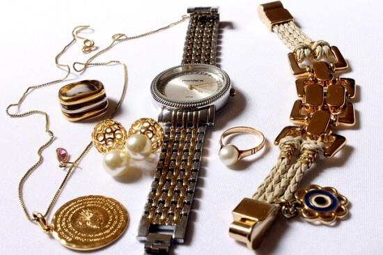 złota biżuteria jako dodatek do miętowej sukienki
