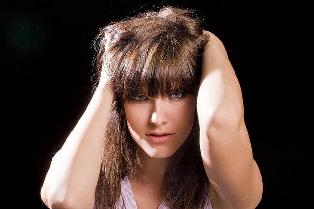Dziewczyna z prostą grzywką i długimi włosami