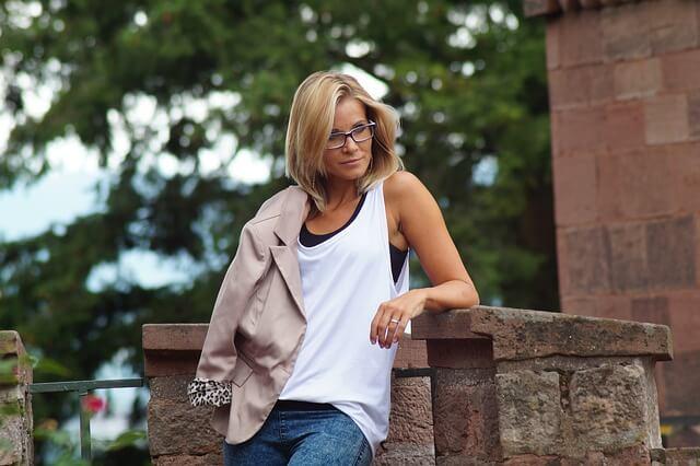 Kobieta z blond włosami średniej długości
