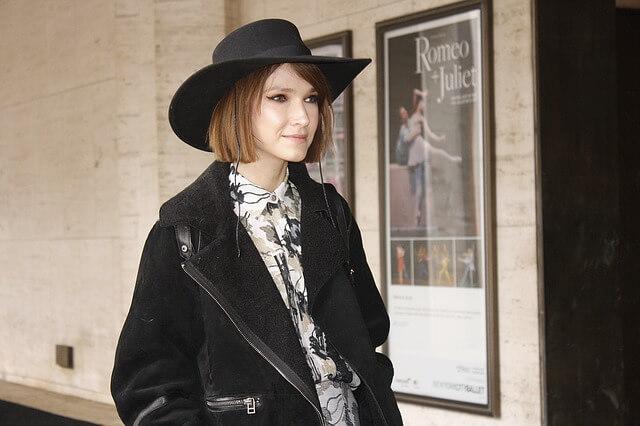Kobieta z bobem w kapeluszu