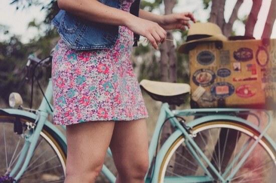 dziewczyna w letniej sukience na rowerze