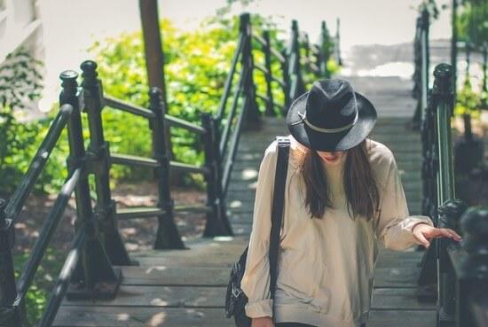 dziewczyna ubrana na rockowo