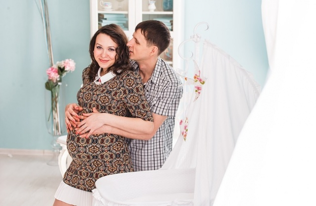 Co ubrać na wesele będąc w ciąży? Stylizacje dla przyszłych mam