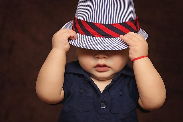 Mały chłopczyk w pasiastym kapeluszu