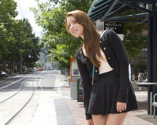 dziewczyna na przystanku