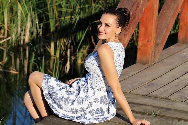 dziewczyna w kwiecistej sukience