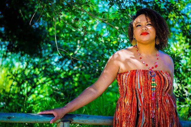 kobieta w kolorowej tunice