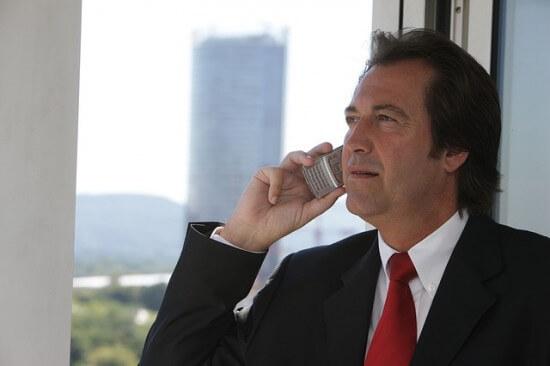 mężczyzna rozmawiający przez telefon