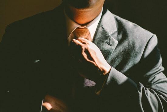 mezczyzna-zawiazujacy-krawat