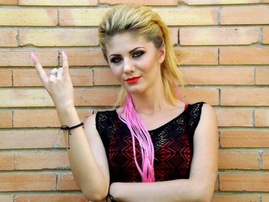 blondynka w mocnym makijażu