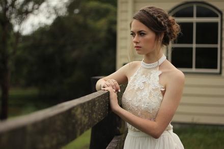 Sukienki na wesele w stylu glamour, vintage, retro… jaki styl sukienki wybrać?
