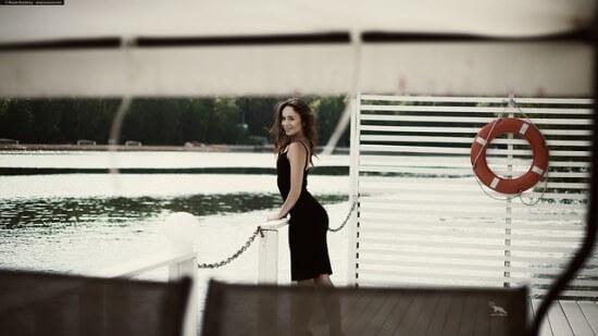 kobieta w prostej sukience