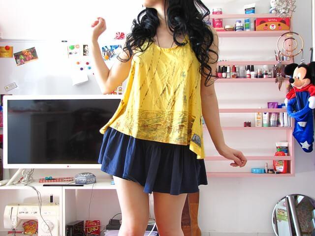 Dziewczyna w żółtej koszulce