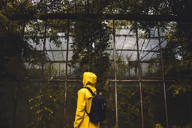 Żółty płaszcz przeciwdeszczowy