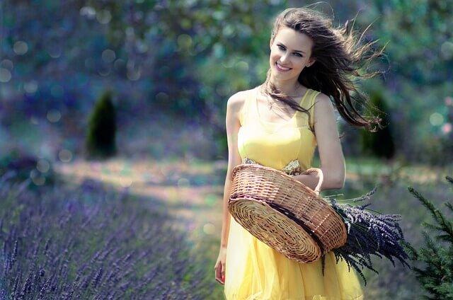 Dziewczyna w żółtej sukience