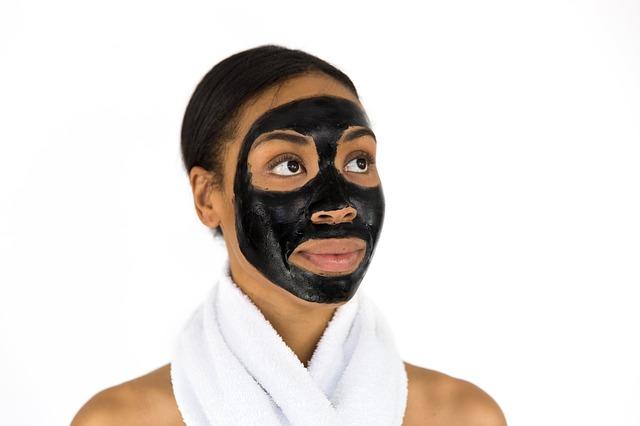 Czarna węglowa maseczka na twarzy