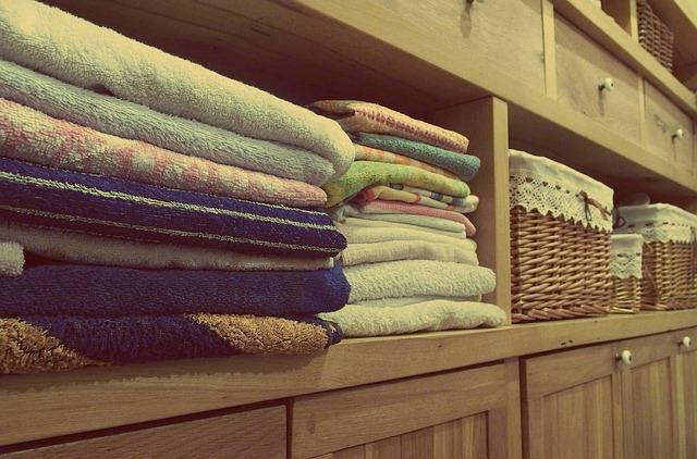 Ręczniki poukładane na półkach