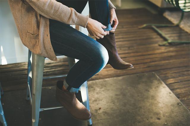 Kobieta w modnym beżowym swetrze