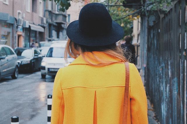 Kobieta w modnym żółtym płaszczu