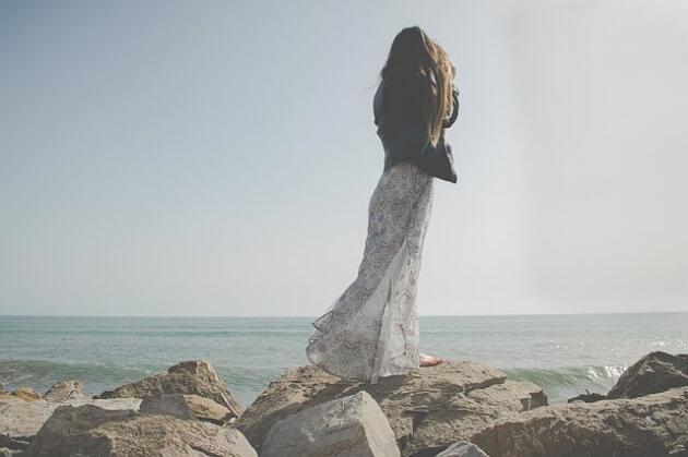 Sukienka maxi dla niskiej dziewczyny – jak nosić?
