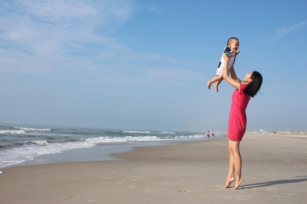 Jak ubierać niemowlę na plażę, latem?